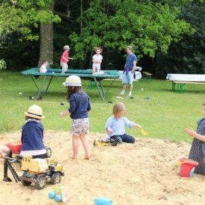 Tas de sable et trampoline